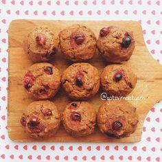 «Яблочные кексы ✅яблочное пюре от 2-3 яблок ✅мука 200 гр ✅сода 1 ч.л. ✅масло подсолнечное 3 ст.л ✅корица 1 ч.л ✅сахар по вкусу ✅орехи, ягоды, сухофрукты (…»