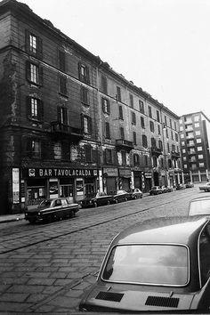 Milano Anni '70. Casa di ringhiera in Viale Montesanto 8 che oggi non c' è più: la Milano che scompare per lasciar posto a..........basta guardarsi in giro.