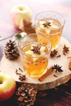 Cidre chaud de Noël pour changer du vin chaud. Un cidre chaud aux épices pour se réchauffer au coin du feu ou après le ski #cannelle #cidre #marmiton #recette #boisson #hiver