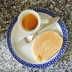 Café, ah o cafezinho com bolo de rolo, especialidade pernambucana. Do Brasil para o mundo. Mas este, em especial, não é o tradicional sabor forte e excêntrico da goiaba, pois é recheado com doce de leite. Suave. Combinação perfeita para os dias de Outono.