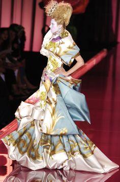 John Galliano for Christian Dior Fall Winter 2004 Haute Couture Avangard Fashion, Weird Fashion, Timeless Fashion, Runway Fashion, High Fashion, Vintage Fashion, Fashion Design, Fashion Tips, Fashion Trends