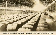 Almacén de añejamiento del Ron Bacardi. Bacardi es una compañía de bebidas alcohólicas fundada en Santiago de Cuba en 1862 por el español Facundo Bacardí Massó,Foto años 40,Santiago de Cuba.