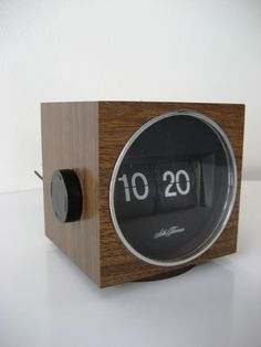 Beautiful Seth Thomas Cube Flip Clock flipping retro vintage wooden — design 1970s  –We collect similar ones – Only/Once – www.onlyonceshop.com