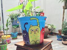 Gato en fila Painted Pavers, Painted Rocks Craft, Painted Mugs, Flower Pot Art, Flower Pot Crafts, Clay Pot Crafts, Painted Plant Pots, Painted Flower Pots, Flower Tower