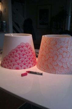 DIY Inspiration: Lampenschirme mit einem Marker gestalten // decorating lampshades with a pen. A very cool way to jazz up a boring lamp shade the inexpensive way. I like how te patterns have been kept simple too ; Decorate Lampshade, Painted Lampshade, Diy Lampshade, Lampshade Designs, Diy Projects To Try, Craft Projects, Luminaria Diy, Diy Luminaire, Do It Yourself Design