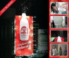 Genial valla de un una marca de refresco en Bangkok. Lanza globos justo a la hora que los habitantes salen a distraerse viernes y sabado por la noche