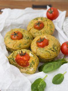 Polenta-Spinat-Muffins mit Schafskäsefüllung und Tomatenmützchen