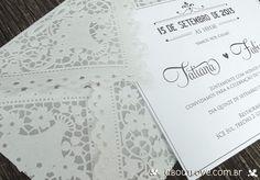Convite de casamento com envelope de renda. Super romântico e delicado! Ideal para os noivos que procuram convites românticos e originais.
