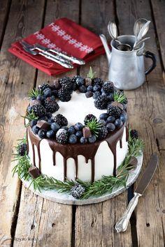 plus - Cake For Men Candy Birthday Cakes, Pretty Birthday Cakes, Pretty Cakes, Beautiful Cakes, Amazing Cakes, Cake Decorating Designs, Cake Designs, Berry Cake, Drip Cakes