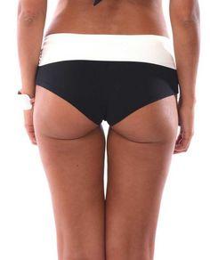 Braga de bikini de mujer Livia de media cobertura, tipo culotte negro con cinturón en blanco y hebilla plateada.