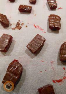 Praliné Paradicsom: Málnazselés szaloncukor Muffin, Candy, Chocolate, Desserts, Food, Tailgate Desserts, Deserts, Essen, Muffins