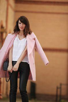 Blog mode Paris. Look manteau rose, inspiration Carven, slim en cuir synthétique. Bell Sleeves, Bell Sleeve Top, French Style, Winter Style, Street Styles, Winter Fashion, Boyfriend, Slim, Blazer