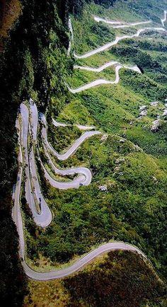 La serra do Rio do Rastro est un massif montagneux du sud de l'État de Santa Catarina, au Brésil. La route de la serra do Rio do Rastro offre une descente en lacets spectaculaire vers le littoral, au milieu de forêts et cascades.