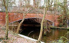 """Wipperbrücke-1644 haben die Lübecker die kleine Fußgängerbrücke über die Trave gebaut. Sie überspannt die Stelle, an der die mächtigen Wallanlagen im Süden der Altstadt von der Trave durchschnitten werden. Die Verteidiger sollten so im Ernstfall diesen strategisch wichtigen Ort schnell erreichen können. Innerhalb kurzer Zeit wurde die Brücke nur noch """"Wipperbrücke"""" genannt, weil sie so wackelig war. Dies kam durch die leichte Bauweise und der großen Spannweite zustande. Etwa 100 Jahre später…"""