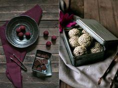 Sesam-Honig Praline mit Zartbitterschokolade, Sahne, Honig und Sesamsamen - mal was anderes :) - http://foodlovin.de/2015/11/selbst-gemachte-pralinen-sesam-cassis-pistazie/