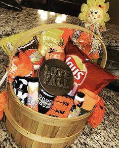 Halloween Date, Cute Halloween, Halloween Treats, Halloween Gift Baskets, Halloween Desserts, Halloween Care Packages, Candy Bouquet Diy, Homemade Gift Baskets, Homemade Gifts For Boyfriend