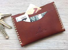 Étui porte carte en cuir marron par Macgeek13 sur Etsy https://www.etsy.com/fr/listing/225982786/etui-porte-carte-en-cuir-marron