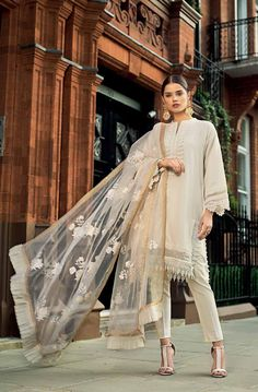 Eid Outfits Pakistani, Simple Pakistani Dresses, Pakistani Fashion Casual, Indian Fashion Dresses, Pakistani Dress Design, Indian Designer Outfits, Indian Outfits, Pakistani Party Wear, Designer Dresses