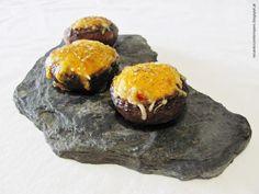 Cogumelos Marron recheados com chouriço, queijo e gema de ovo