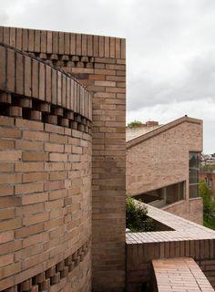 Facultad de Ciencias Humanas de la Universidad Nacional de Colombia, Bogotá | Arq. Rogelio Salmona 1995 8 Brick Architecture, Architecture Details, Brick Art, Persian Garden, Commercial Complex, Brick Detail, Brick Facade, Red Bricks, Stairs