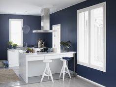 Upea sininen (Denim, N429) kruunaa keittiön. Tikkurilan Luja -maali sopii loistavasti keittiöön. Kitchen Paint, Kitchen Decor, Nautical Home, Interior Inspiration, Kitchen Inspiration, Painted Furniture, Master Bedroom, Home And Garden, Design
