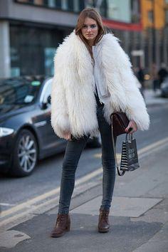 la modella mafia Fall 2013 fashion week street style - models off duty in fur via hbz 1 London Fashion Weeks, London Fashion Week Street Style, Look Street Style, Autumn Street Style, Street Fashion, Street Chic, Fashion Articles, Fashion Images, Winter Outfits For Work