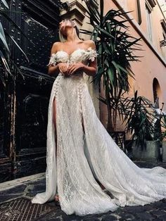 2020 Best Beautiful Lace Dresses To Wear To A Fall Wedding - Hochzeitskleid Modern Wedding Dress Empire, Sheath Wedding Gown, V Neck Wedding Dress, Classic Wedding Dress, Sexy Wedding Dresses, Lace Dresses, Ethereal Wedding Dress, Civil Wedding Dresses, Fairy Wedding Dress