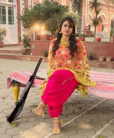 Latest Salwar Kameez Designs, Patiala Suit Designs, Kurta Designs Women, Kurti Designs Party Wear, Pakistani Fashion Casual, Punjabi Fashion, Indian Fashion, Dress Indian Style, Indian Dresses