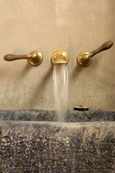 Brass for the bath Bathroom Interior, Kitchen Interior, Interior And Exterior, Interior Design Inspiration, Bathroom Inspiration, Tadelakt, Villa, Hardware, House Design