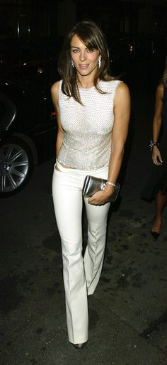The actress and model Elizabeth Hurley in her most vivacious looks by Versace. Elizabeth Hurley, Elizabeth Jane, Hugh Grant, Versace Top, White Jeans Outfit, White Pants, White Denim, Elisabeth, Beautiful Actresses
