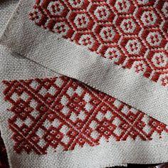 """247 Me gusta, 8 comentarios - ako (@ako.coco23) en Instagram: """"2018.1.12 今 刺しているこぎん刺しのコースター。 渋めの赤がいい感じです。 こういう色も好き❤ 昨日、バスから降りたところでハデに転んでしまいました😱…"""" Bargello, Ikat, Needlework, Weaving, Cross Stitch, Embroidery, Blanket, Knitting, Crochet"""