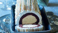 Den chokoladekagesvøbte isrulle kan laves op til en uge i forvejen, så den bare skal sprøjtes med marengs, indenden skal sættes frem på bordet. Her får du opskriften på en lækker træstamme med is og marengs