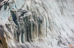 Donde comienza el glaciar: una laguna sin fin / Where the glacier begins: and endless lake Fotografía: Rómulo Moya Peralta http://trama.ec/revista-digital.html