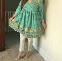 Fresh color Pakistani Frocks, Simple Pakistani Dresses, Pakistani Fashion Casual, Pakistani Dress Design, Pakistani Suits, Stylish Dresses For Girls, Stylish Dress Designs, Frocks For Girls, Casual Dresses
