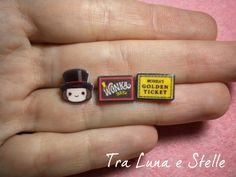 Les boucles d'oreilles lobe de Willy Wonka, chocolat et golden ticket, la chocolaterie, Tim Burton-kawaii par TraLunaeStelle sur Etsy https://www.etsy.com/fr/listing/235647395/les-boucles-doreilles-lobe-de-willy