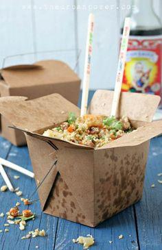 Kalorienarmes Rezept: vietnamesischer gebratener Reis aus Blumenkohl. Statt Reis wird im Mixer zerkleinerter Blumenkohl verwendet. Noch mehr Rezepte gibt es auf www.Spaaz.de