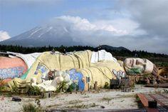 Parque Viagens de Gulliver – Kawaguchi, Japão Construído na sombra do Monte Fuji, este parque temático foi inaugurado em 1997. Apesar da ajuda financeira do governo japonês, em menos de 10 anos ele foi abandonado.
