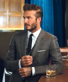 Throughout the years, Beckham has had different styles of hair that have gone from short hair to medium, to long hair. Here are 45 best David Beckham haircuts. Style David Beckham, David Beckham Suit, David Beckham Wedding, Wedding Suit Styles, Wedding Suits, Best Suits For Men, Cool Suits, Looks Cool, Men Looks