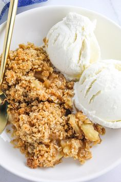 This apple crisp has thinly sliced and perfectly spiced apples topped with a nice thick crumble topping! It is the BEST apple crisp! Best Apple Crumble Recipe, Apple Crumble Topping, Apple Crisp Recipes, Apple Desserts, Fall Desserts, Dessert Recipes, Spiced Apples, Baked Apples, Old Fashioned Apple Crisp