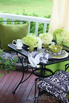 white gardens Black & white check napkins & dinnerware with hydrangeas blooms floating in a . Black & white check napkins & dinnerware with hydrangeas blooms floating in a flower inspired bowl. Love the green bubble glasses. Outdoor Rooms, Outdoor Dining, Outdoor Gardens, Outdoor Furniture Sets, Outdoor Decor, Porch Furniture, Outdoor Parties, Outdoor Ideas, Dining Area