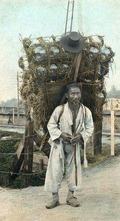 1900년대 유리병장수 Old Pictures, Old Photos, Vintage Photos, Korean Photo, Korean Art, Asian History, Modern History, Seoul, Heroic Age