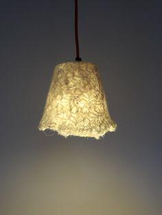 Mooie handgevilte lampenkap, hanglamp, natuurlijk wit, geeft warm licht voor een prettige sfeer. Voor de eettafel of slaapkamer. Uniek & klaar