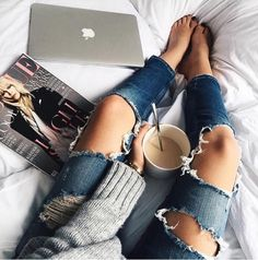ripped jeans and coffee Vogue, Catch, Casual Outfits, Cute Outfits, Summer Outfits, Foto Casual, Casual Chic, Style Vintage, Street Style