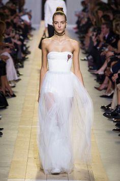 Retrouvez les photos du défilé Christian Dior Prêt-à-porter Printemps-été 2017, les meilleurs moments en vidéo, ainsi que les coulisses et les détails du show