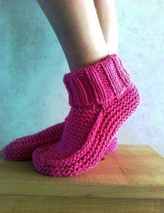 Nola's Slipper Pattern Modele gratuit sur Ravelry (s'inscrire et hop)Nola's slippers pattern by Nola Miller - Ideas slippers are really easy Easy Knitting, Loom Knitting, Knitting Socks, Knitting Patterns Free, Knit Slippers Free Pattern, Crochet Socks, Knit Or Crochet, Knit Socks, Knitted Booties
