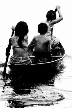 Children in a handcrafted dug out canoe in Manaus, Brazil. Black White Photos, Black And White Photography, Low Key Photography, Le Grand Bleu, Xingu, Amazon River, Brazil Travel, Paraiba, People Of The World