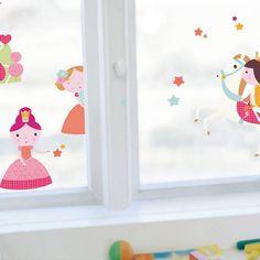 Deze schattige raamsticker met zijn mooie prinsesjes en prins op het witte paard vervraait de uitzicht van iedere meidenkamer.