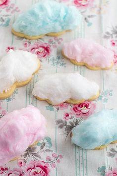 Biscoitos cobertos com algodão doce imitando nuvens.