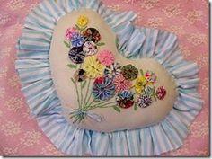 Almofada romântica com flores de fuxico