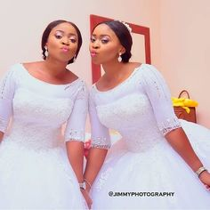 Pretty Nigerian Identical Twins Got Married on the Same Day, at the Same Time in Strikingly Similar Bridal Dresses and Traditional Outfits - Wedding Digest Naija Haut de robe African Traditional Wedding Dress, Traditional Wedding Attire, African Wedding Dress, Traditional Outfits, Couples African Outfits, African Dresses For Kids, Bridal Dresses, Wedding Gowns, Wedding Cake